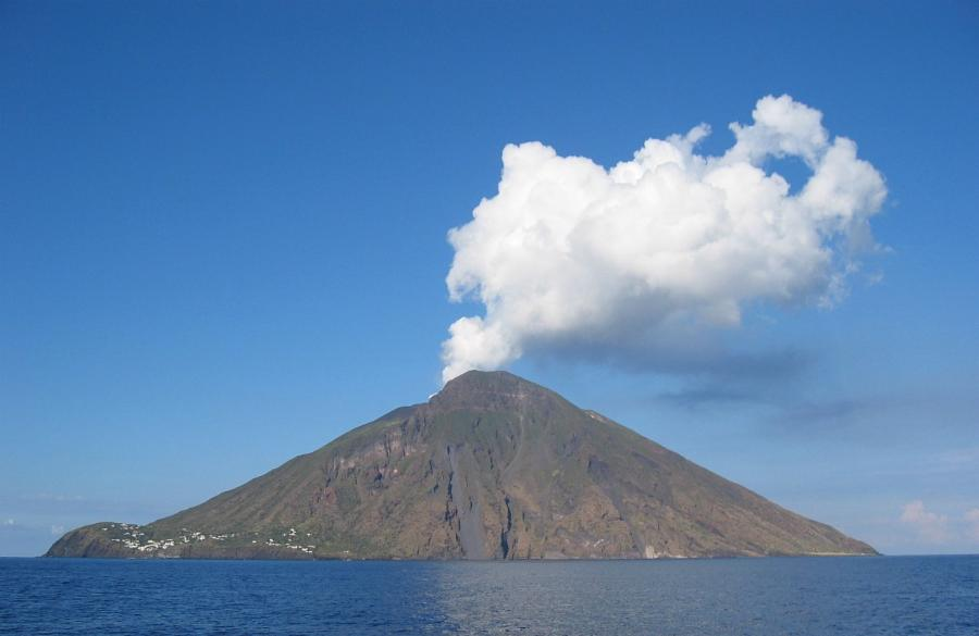 008--11-a-volcano-in-southern-italy-has-been-ed950d009d23735701873ef56e92401c