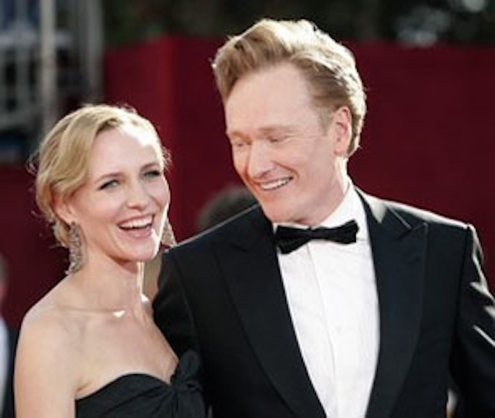 NBC's Tonight Show host Conan O'Brien (R) and wife Liza Powell arrive at the 61st annual Primetime Emmy Awards in Los Angeles, California September 20, 2009. REUTERS/Danny Moloshok (UNITED STATES ENTERTAINMENT)