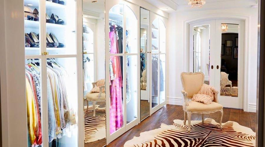 It Featured This Majorly Chic Walk In Closet With Sliding Mirrored Doors  And Great Décor.