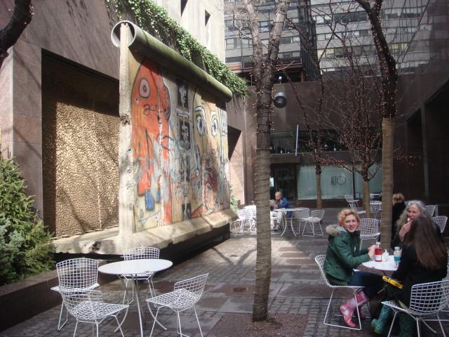 004--12-berlin-wall-in-nyc-446095