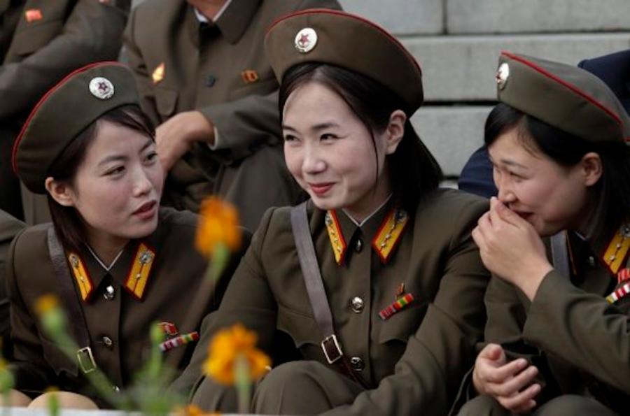 004--15-soldiers-from-north-korea-sharing-a--8daf21eb3c9c765ae2fd29e9fb02805c